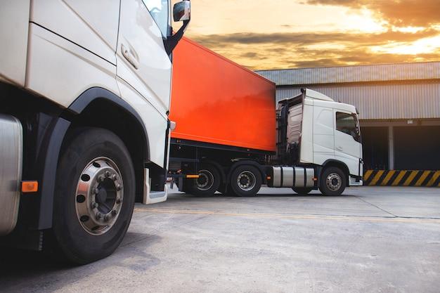De oplegger voor vrachtwagens in het magazijn, logistiek in de vrachtindustrie en transport Premium Foto
