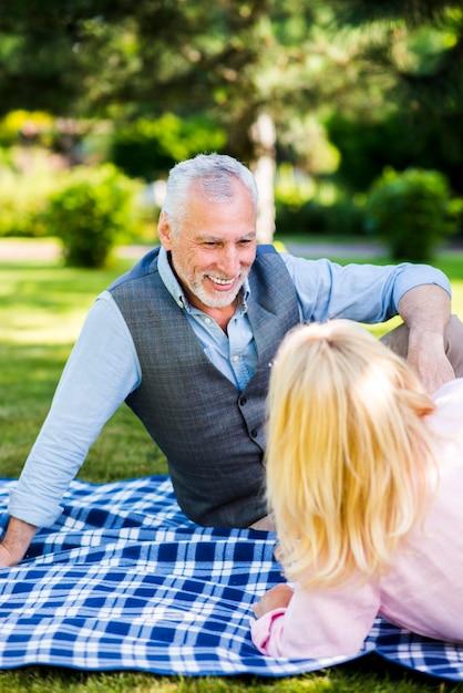 De oude man die van smiley zijn vrouw bekijkt Gratis Foto