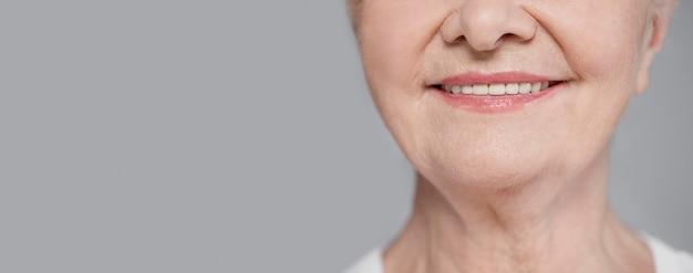 De ouderen die van de close-up met exemplaar-ruimte glimlachen Gratis Foto