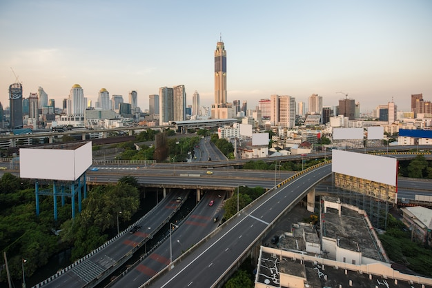 De panoramische stad die van bangkok modern bedrijfsdistrict bouwen Premium Foto