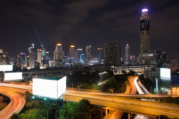 De panoramische stad die van bangkok modern bedrijfsdistrict met snelweg binnen downtown bouwen Premium Foto