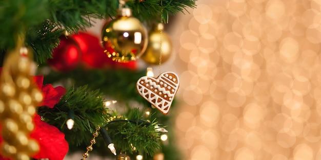 De peperkoekdecoratie van kerstmis op een kerstmisboom. Premium Foto