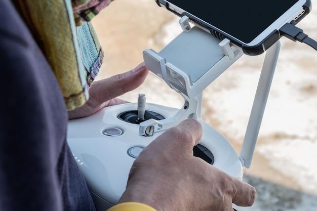 De piloot bestuurt de drone-close-up Premium Foto