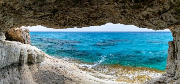 De pittoreske grot ligt aan de oevers van de middellandse zee. Premium Foto
