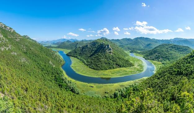 De pittoreske meanderende rivier stroomt door groene bergen Premium Foto