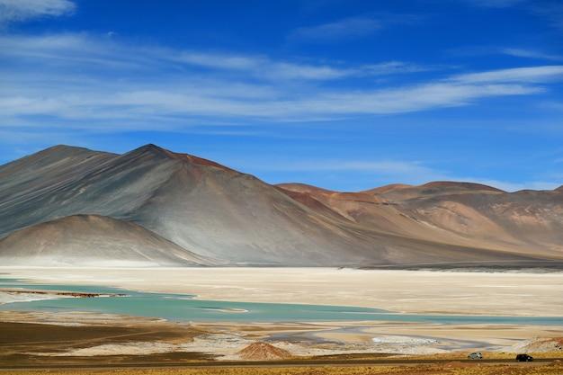 De pittoreske salar de talar met berg. cerro medano op achtergrond, chili Premium Foto