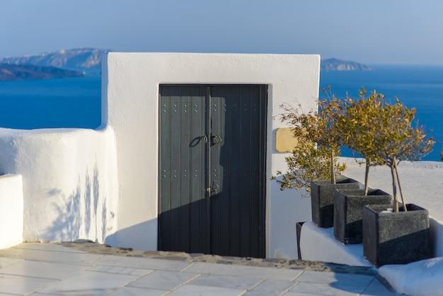 De poort die naar de zee leidt. genomen op het eiland santorini, het dorp oia Premium Foto