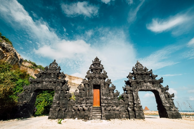 De poortingang van de tempel van bali bij strand, indonesië Gratis Foto