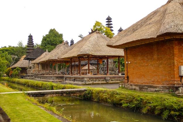 De prachtige gebouwen van de koninklijke familietempel op bali gescheiden door een rivier van water. indonesië Premium Foto
