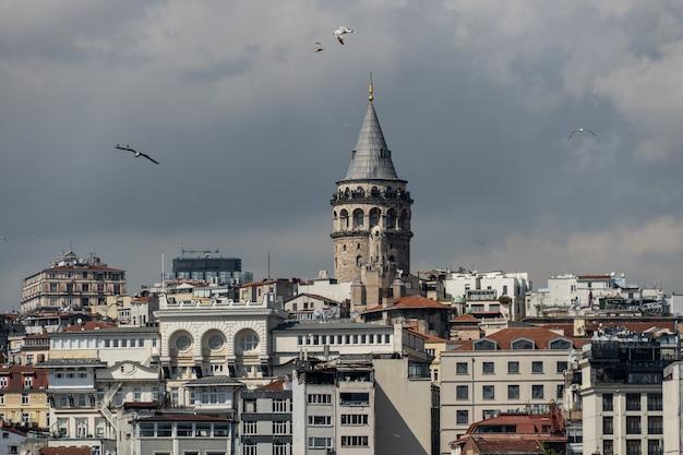 De prachtige uitzichten op de galata-toren, istanbul, turkije. Premium Foto