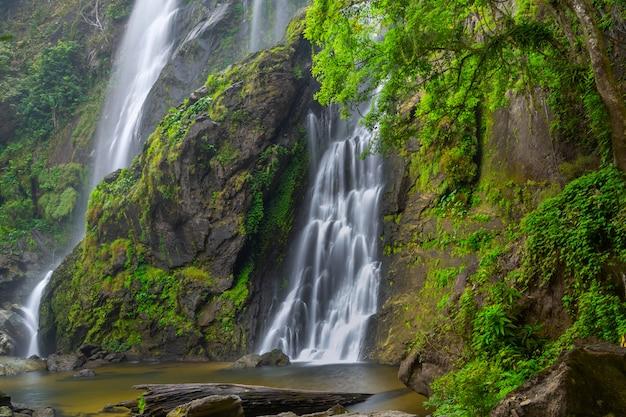 De prachtige waterval in diepe bossen bij khlong lan national park Premium Foto