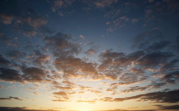 De prachtige zonsondergang aan de hemel en veel grote donkere wolken Premium Foto