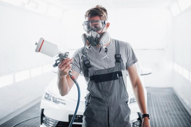 De procedure voor het schilderen van een auto in het servicecentrum. Gratis Foto