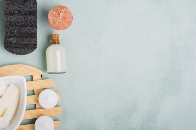 De producten van het close-upbad op blauwe achtergrond met exemplaarruimte Gratis Foto