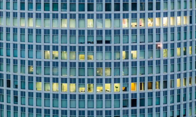 De ramen van de wolkenkrabbers die het gordijn openen en sluiten Premium Foto