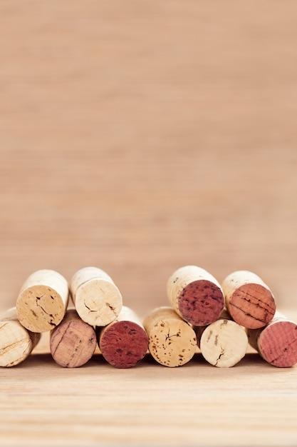 De randen van wijn kurken op vage houten achtergrond met exemplaarruimte. Premium Foto