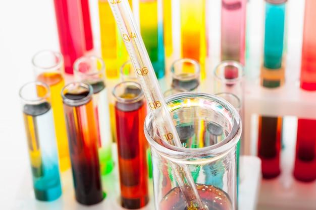De reageerbuizen met kleurrijke chemische producten sluiten omhoog in laboratorium Premium Foto