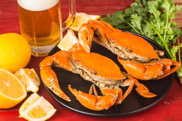 De rijpe krabben op de zwarte plaat, Premium Foto