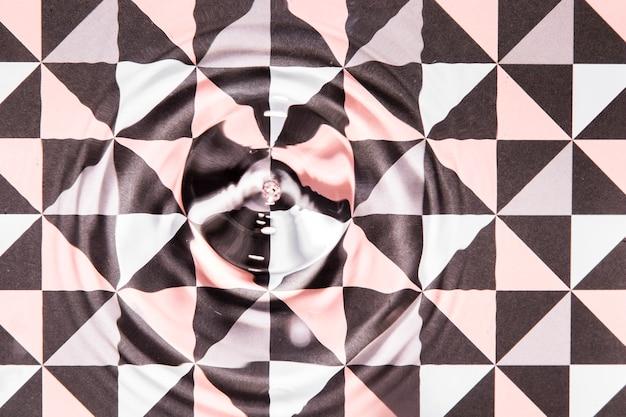 De ringen van het close-upwater op abstracte poly geometrische pooloppervlakte Gratis Foto