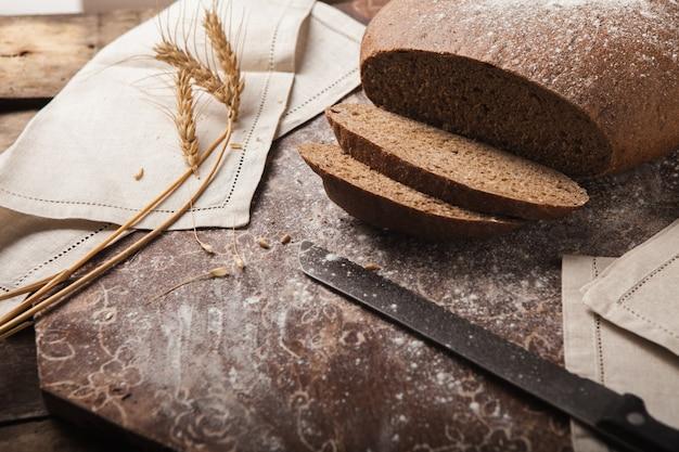 De roggeaartjes van het brood op een houten achtergrond Gratis Foto