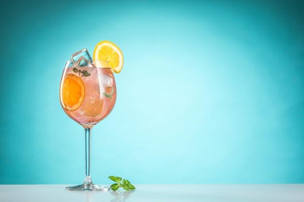 De roos exotische cocktail en fruit op blauw Gratis Foto
