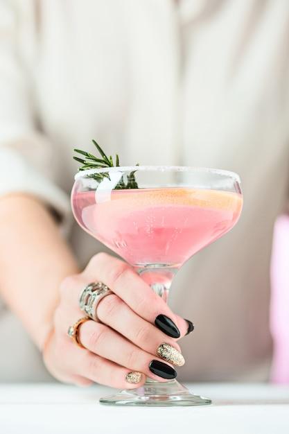 De roos exotische cocktails en fruit en vrouwelijke hand Gratis Foto