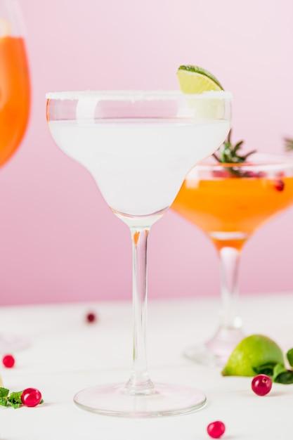 De roos exotische cocktails en fruit op roze Gratis Foto