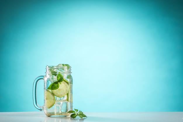 De rose exotische cocktail en fruit op blauw Gratis Foto