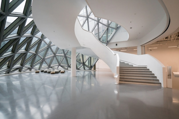 De roterende trap van het kunstmuseum, een museum voor hedendaagse kunst in chongqing, china. Premium Foto
