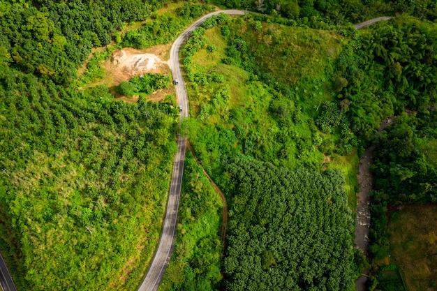 De route op de berg die de stad verbindt bij chiangrai thailand Premium Foto