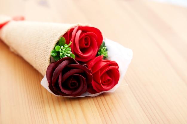 De rozen van een paargift op valentijnskaartdag Premium Foto