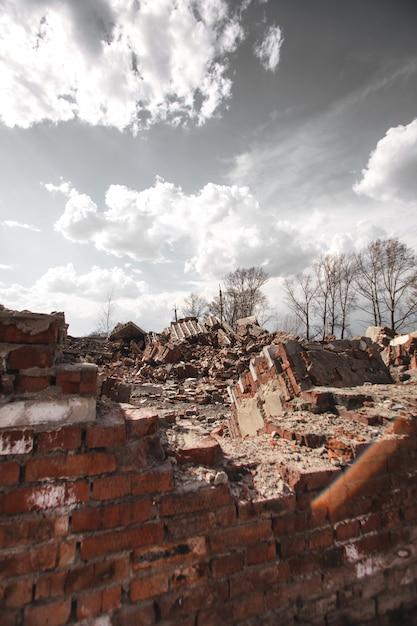 De ruïnes van een bakstenen huis Premium Foto