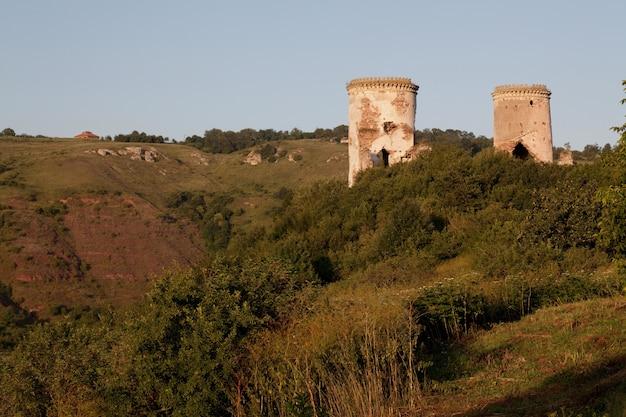 De ruïnes van een oud kasteel in het dorp chervonograd. oekraïne Premium Foto