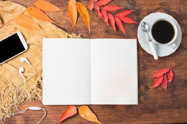 De samenstelling van de hoogste meningsherfst met geopend notitieboekje Gratis Foto