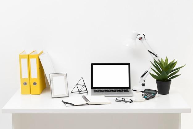 De samenstelling van het vooraanzichtbureau met laptop Premium Foto