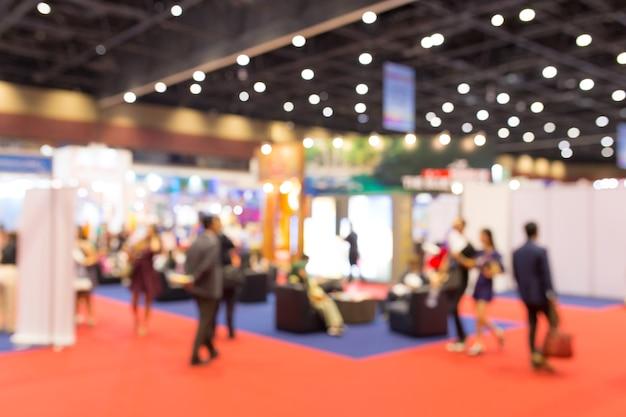De samenvatting vertroebelde gebeurtenisententoonstelling met mensenachtergrond, bedrijfsconventie toont concept. Premium Foto