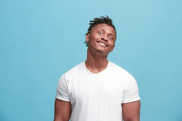 De scheel ogen afro-amerikaanse man met rare uitdrukking geïsoleerd op blauw Gratis Foto