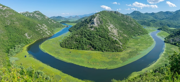 De schilderachtige meanderende rivier stroomt tussen groene bergen. Premium Foto