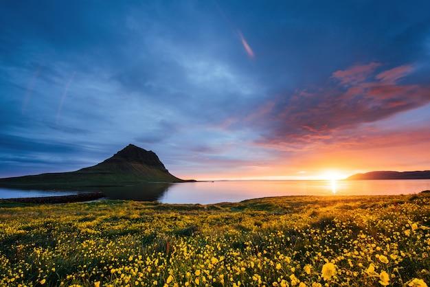 De schilderachtige zonsondergang over landschappen en watervallen. kirkjufellberg, ijsland Premium Foto