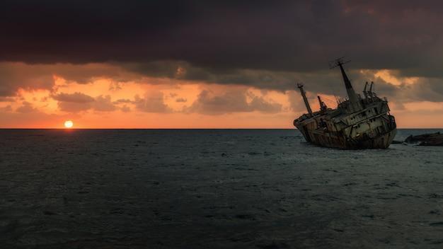 De schipbreuk (edro iii) bij zonsondergang in de buurt van paphos, cyprus. lange blootstelling Premium Foto