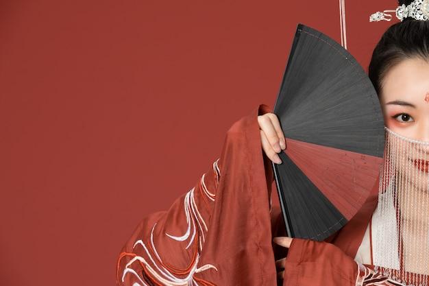 De schoonheid van de oude stijl hanfu bedekte het gezicht met een fa Premium Foto