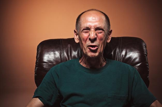 De schreeuwende volwassen of senior man Gratis Foto