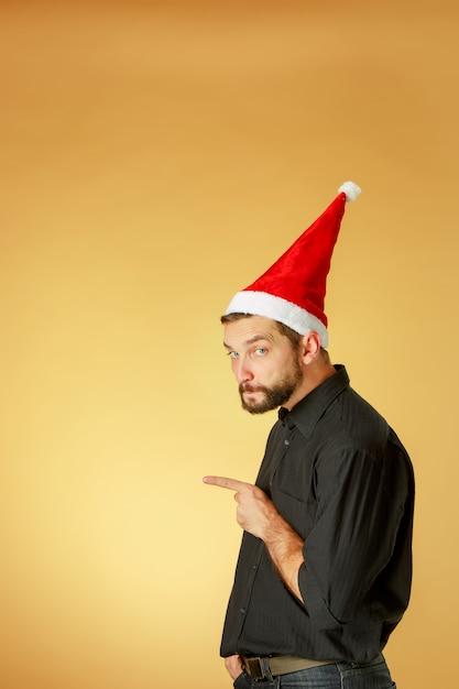 De serieuze kerstman met een kerstmuts Gratis Foto