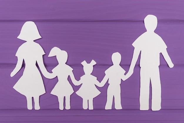 De silhouetten zijn uit papier gesneden van man en vrouw met twee meisjes en een jongen Premium Foto