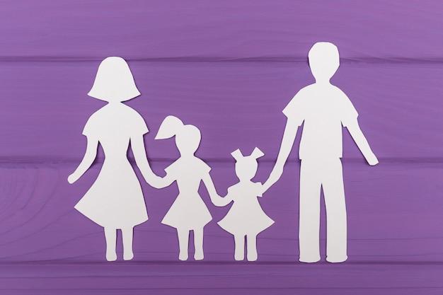 De silhouetten zijn uit papier gesneden van man en vrouw met twee meisjes Premium Foto