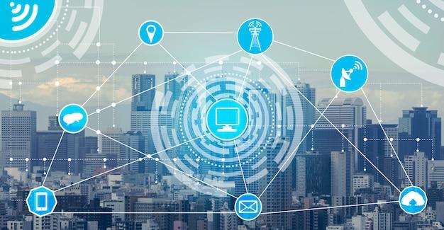 De skyline van de slimme stad met draadloze communicatie netwerk pictogrammen achtergrond Premium Foto