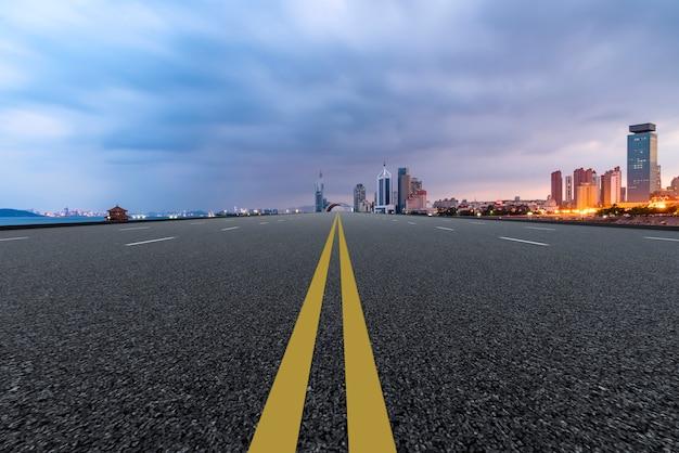 De skyline van de stedelijke skyline van qingdao expressway Premium Foto