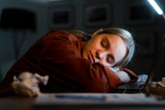 De slaap van de blondevrouw op laptop Gratis Foto