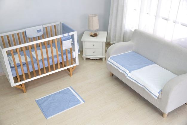 De slaapkamer van een moeder is gevuld met babyspullen. Premium Foto