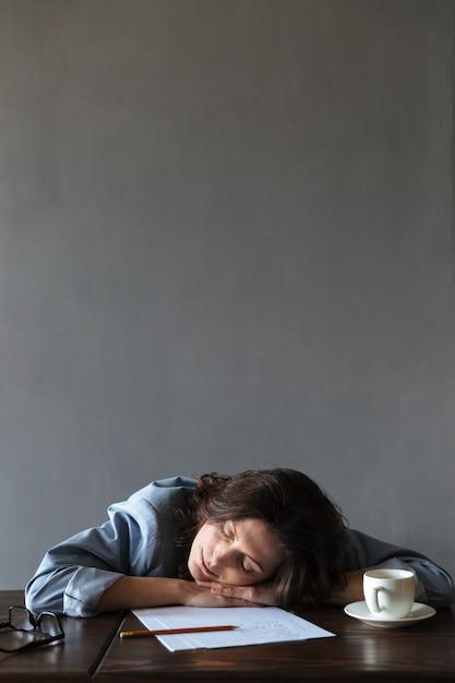 De slapende vrouwenschrijver ligt binnen Gratis Foto